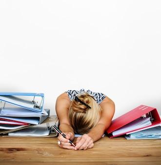 Vrouw stress overbelasting hard werken studio portret