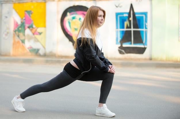 Vrouw stretching haar been
