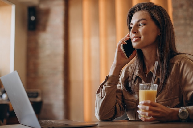 Vrouw student studeert op laptop in een café