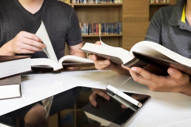 Vrouw studie college onderzoek literatuur jong