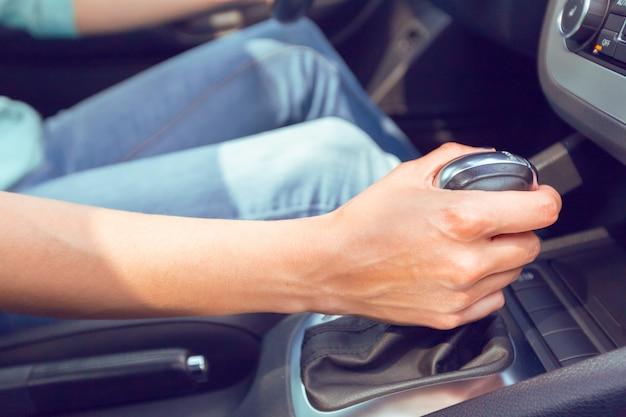 Vrouw stuurprogramma besturen van een auto