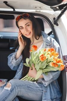 Vrouw stuurprogramma praten over telefoon. mooi meisje in de auto. lady besturen van een witte auto.