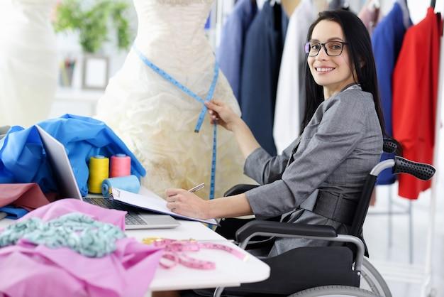 Vrouw stylist in rolstoel op de werkplek. beroepen voor mensen met een handicap concept