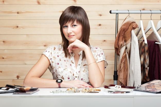 Vrouw stylist met attributen van haar werk