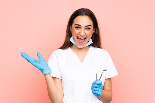 Vrouw tandarts tools te houden