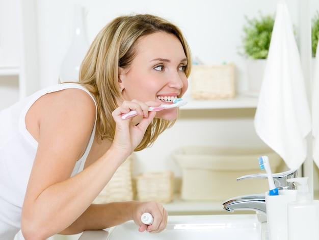 Vrouw tanden poetsen met tandenborstel