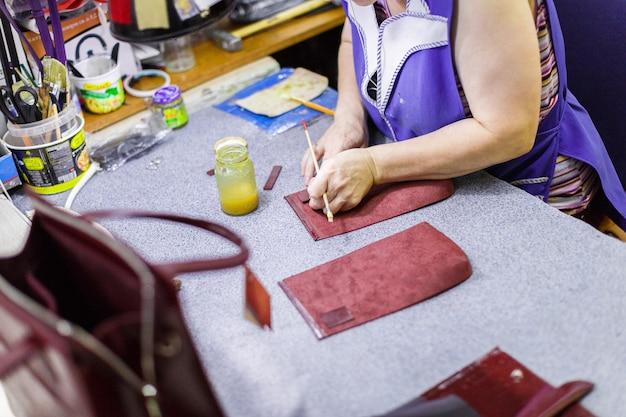Vrouw tassen fabriceren