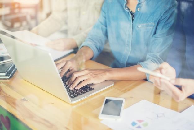 Vrouw te typen op een laptop