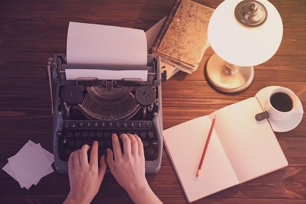 Vrouw te typen op typemachine, bovenaanzicht