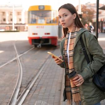 Vrouw te wachten in het tramstation