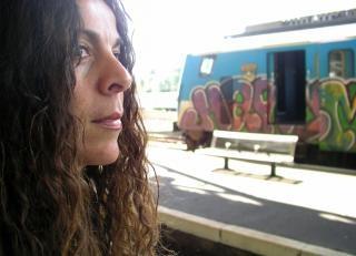 Vrouw te wachten op de trein bij station