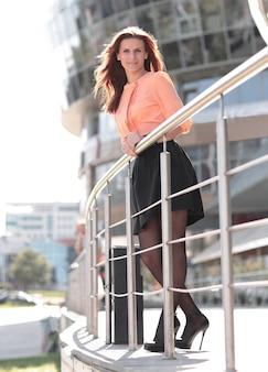 Vrouw tegen de achtergrond van een kantoorgebouw