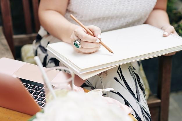 Vrouw tekenen in schetsboek