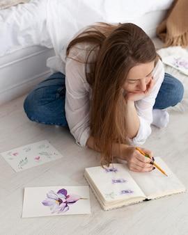 Vrouw tekenen voor een nieuwe vlog-tutorial