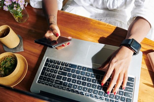 Vrouw telefoon met laptop verbinden