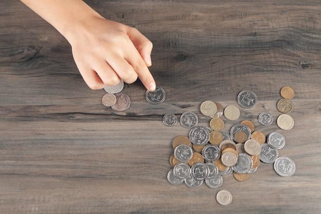 Vrouw telt munten op tafel