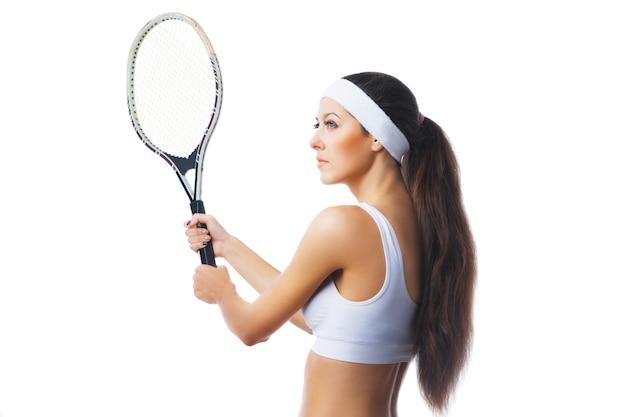 Vrouw tennissen en wachten op de dienst. geïsoleerd op witte achtergrond. zijaanzicht