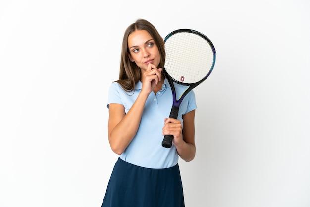 Vrouw tennissen geïsoleerde witte muur en opzoeken