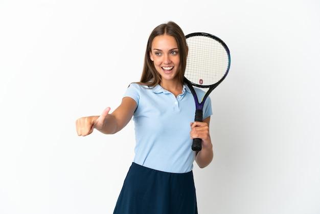 Vrouw tennissen geïsoleerde witte muur geven een duim omhoog gebaar