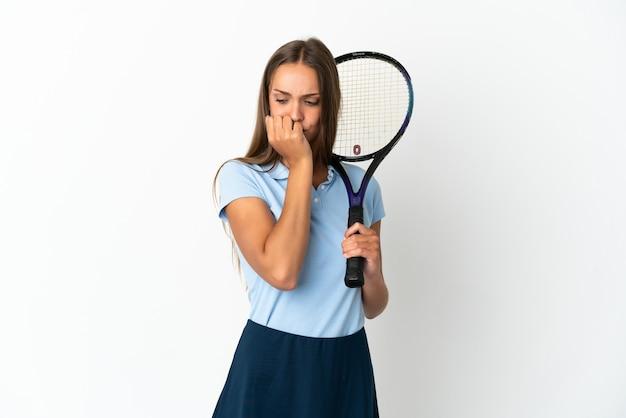 Vrouw tennissen geïsoleerde witte muur met twijfels