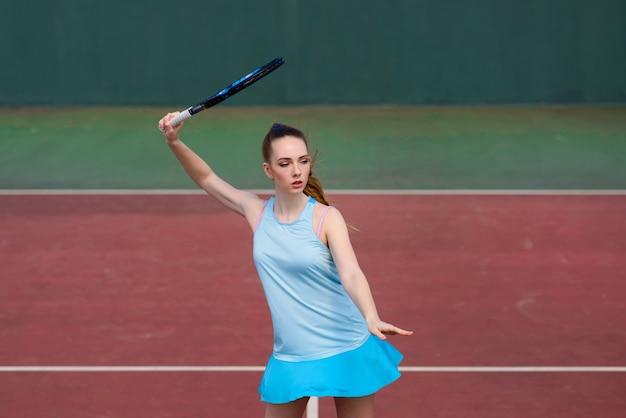 Vrouw tennisser in witte jurk en hakken met tennisracket op de rechter. jonge vrouw speelt tennis, sport
