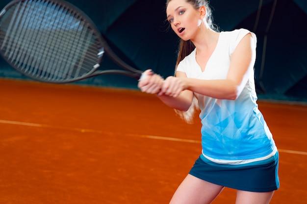 Vrouw tennisser met racket op tennisbaan