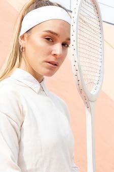 Vrouw tennisspeler camera kijken