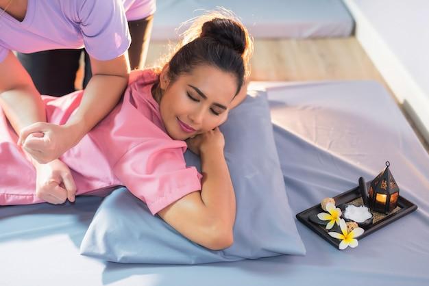 Vrouw terug gemasseerd in thai spa