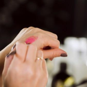 Vrouw testen lippenstift product