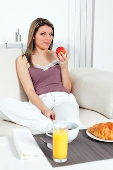 Vrouw thuis bij het ontbijt