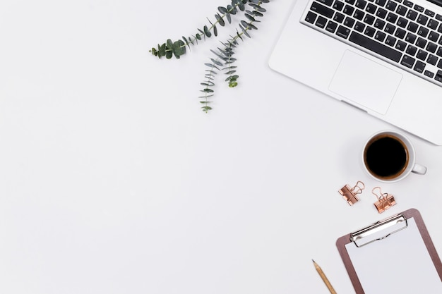 Vrouw thuis bureau werkruimte met laptop