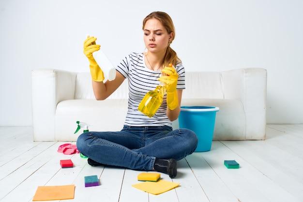 Vrouw thuis dichtbij laag die de vloer wast
