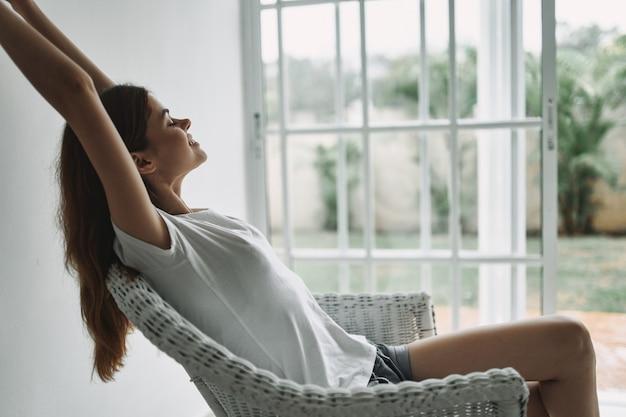 Vrouw thuis haha bij raam vakantie interieur