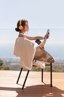 Vrouw thuis luisteren muziek