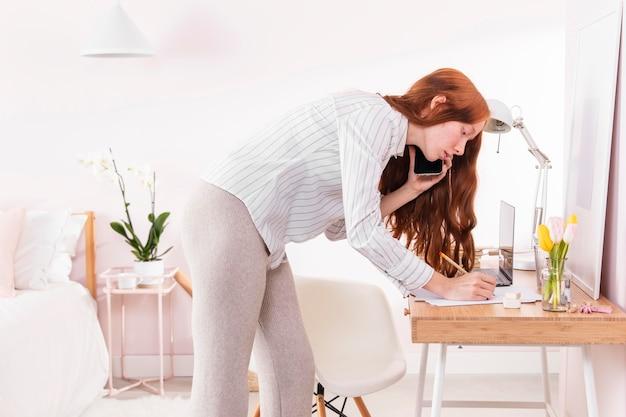 Vrouw thuis met behulp van mobiel