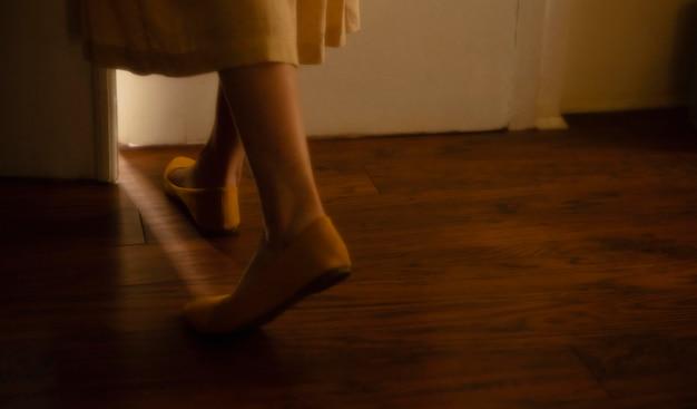 Vrouw thuis met mysterieuze daglichten om haar heen