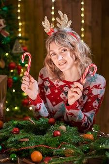 Vrouw thuis op kersttijd