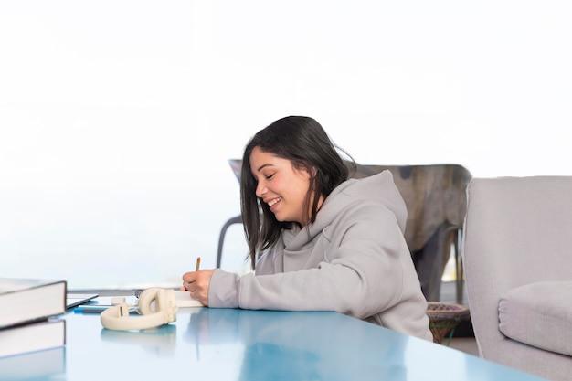 Vrouw thuis tekenen