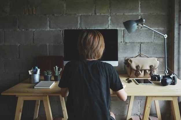 Vrouw thuis werken met creatieve werkplek.
