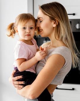 Vrouw tijd doorbrengen met haar dochter op moederdag evenement