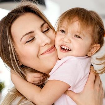 Vrouw tijd doorbrengen met haar dochter op moederdag thuis