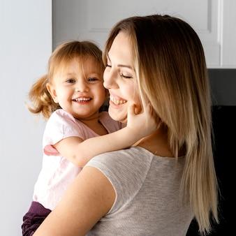 Vrouw tijd doorbrengen met haar dochter op moederdag