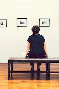 Vrouw tijdens een kunstexcbitie