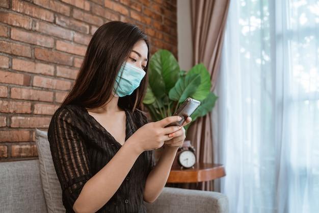 Vrouw tijdens epidemische lockdown gebruikstelefoon