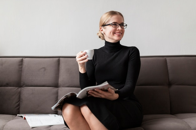 Vrouw tijdschrift lezen en koffie drinken