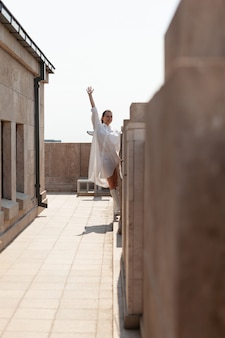 Vrouw toerist die hand opsteekt en geniet van het kijken naar panoramisch uitzicht