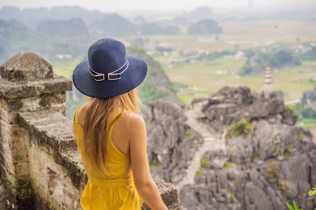 Vrouw toerist op bovenste pagode van hang mua tempel rijstvelden ninh binh vietnam vietnam heropent grenzen