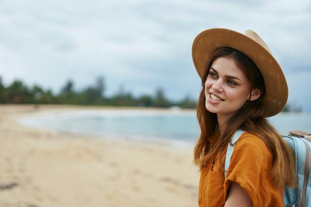 Vrouw toerist op het eiland reizen vrijheid natuur vakantie