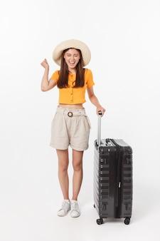 Vrouw toerist. volledige lengte gelukkige jonge vrouw die zich met koffer met het opwindende geïsoleerde gesturing bevinden ,.