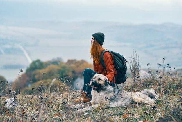 Vrouw toeristische natuur bergen reizen vrijheid vriendschap